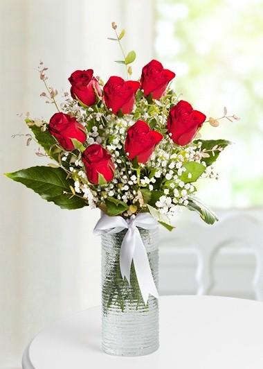 Cam vazo içersinde 7 adet kırmızı gül