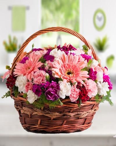 Sepet içerisinde Renkli Çiçekler