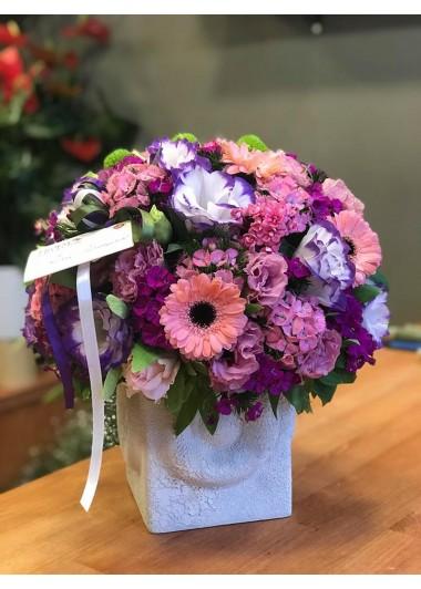 seramik vazoda pembe renkli çiçekler
